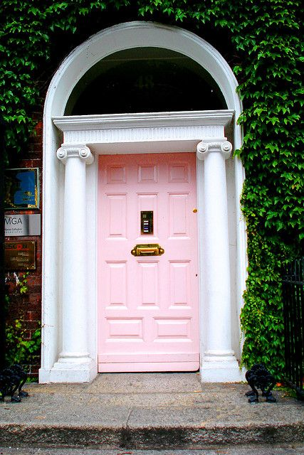 a classic front door painted pink and accented with pillows will bring chic and a refined touch to the space