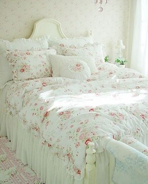 Shabby chic style is super fashionable, choose delicate floral bedding to highlight the shabby chic style of your bedroom