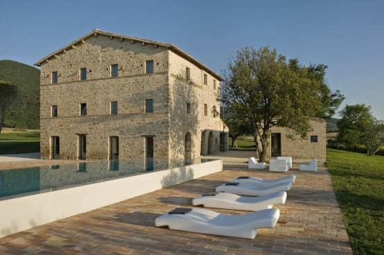 300 Years Old Italian Farm With Minimalist Interiros