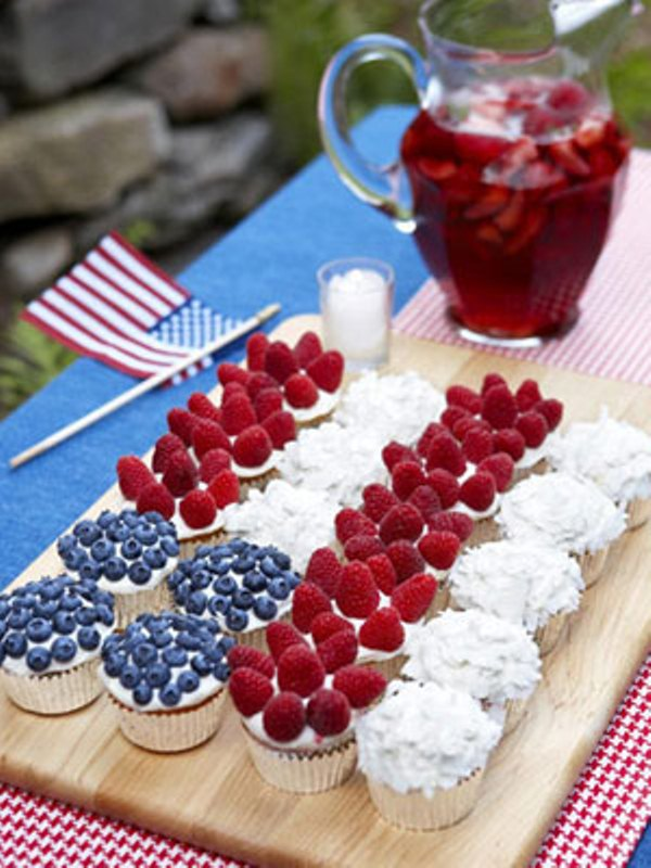 Cupcake Decorating Ideas For 4th Of July : 13 Cool Ideas of 4th of July Table Decorations DigsDigs