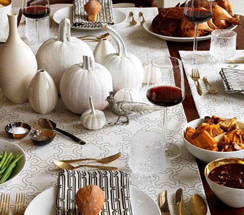 Black and white Thanksgiving decor isn't traditional but it looks modern and chic so give it a try!