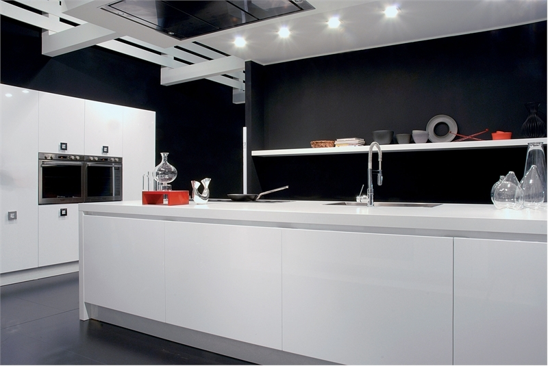 30 black and white kitchen design ideas digsdigs for Black and white kitchens photos