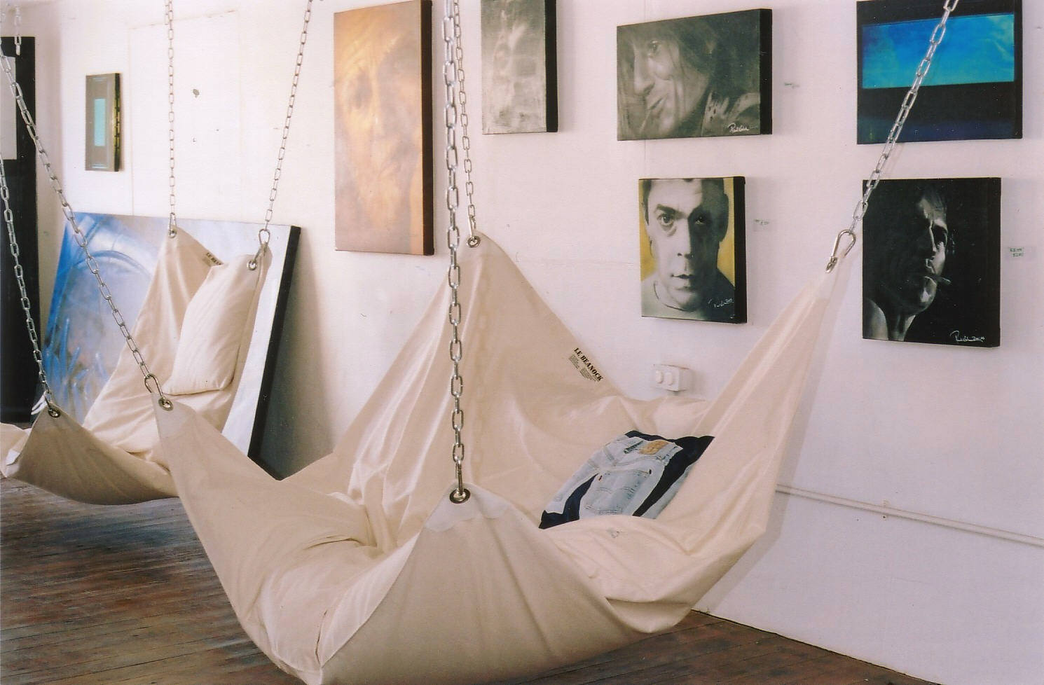 Cool indoor hammock le beanock digsdigs for Bedroom hammock chair