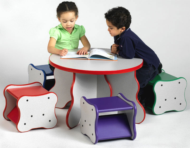 Kids Desk and Chair 800 x 621