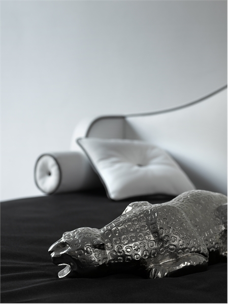 Elegant Black And White Bedroom Design Inspiration