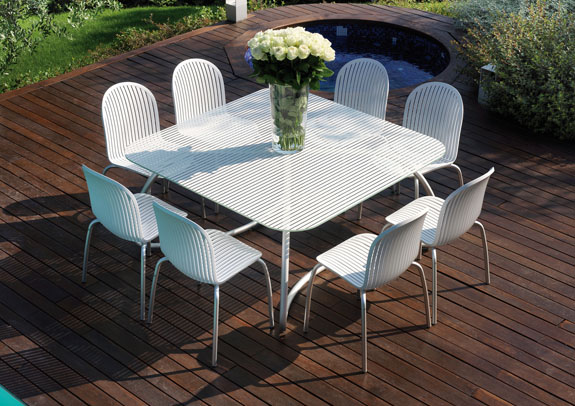 Modern white outdoor tables and chairs loto ninfea for Table exterieur moderne