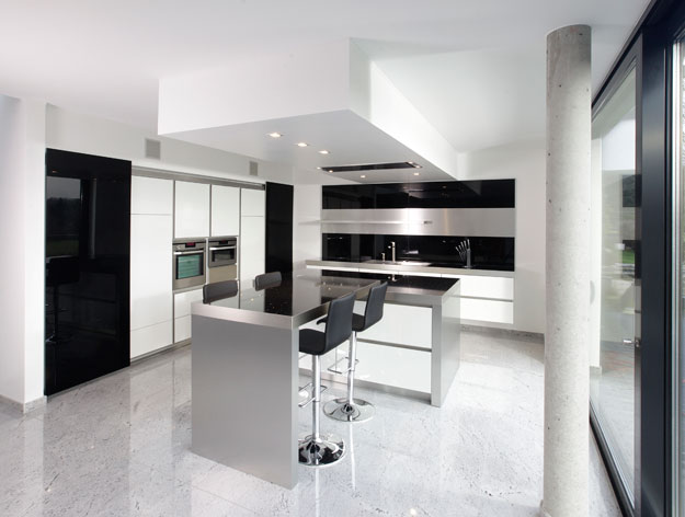 New modern black and white kitchen designs from for Black and white kitchens photos