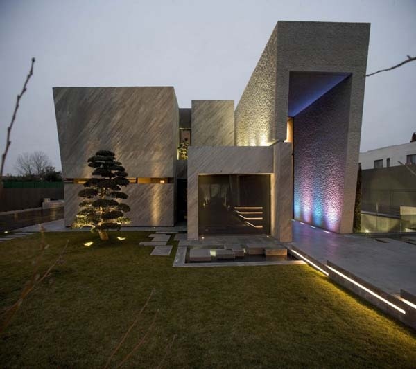 Contemporary house sculpture in spain digsdigs for Modern box house design