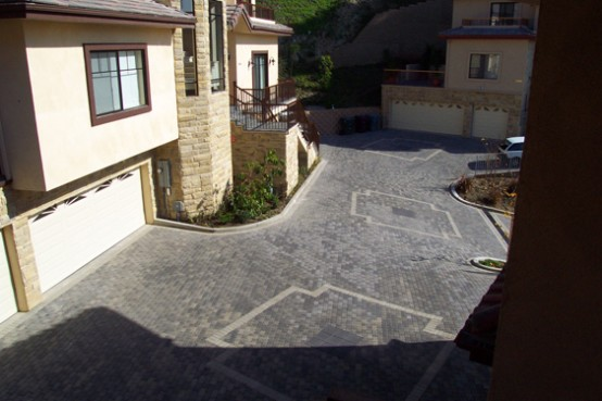 https://www.digsdigs.com/photos/Paving-Stone-Driveway-design-ideas-12-554x369.jpg
