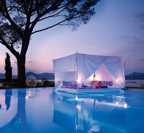 Romantic outdoor canopy bed eden by ego paris digsdigs for Floating swimming pool paris