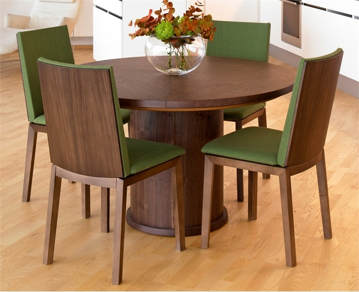 Trendy expandable round dining table by skovby digsdigs for Best dining room table for small space