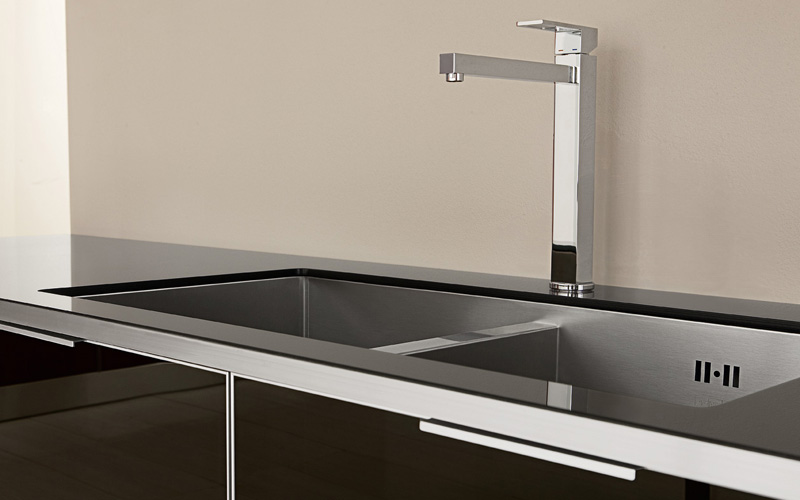 Ultra modern glossy kitchen judy by futura cucine digsdigs for Ultra modern kitchen cabinets