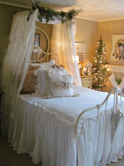 32 adorable christmas bedroom d cor ideas digsdigs for Bed decoration with net