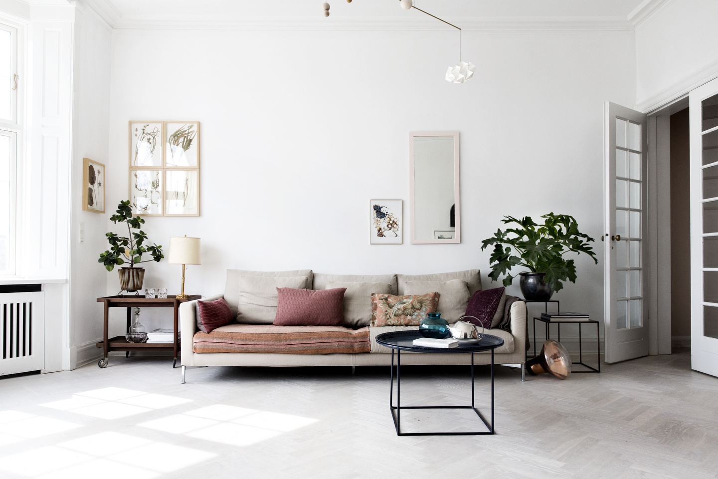 Airy scandinavian and mid century modern apartment digsdigs for Modern living room apartment