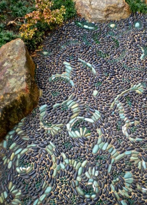 32 amazing pebble garden paths digsdigs for Garden designs using pebbles