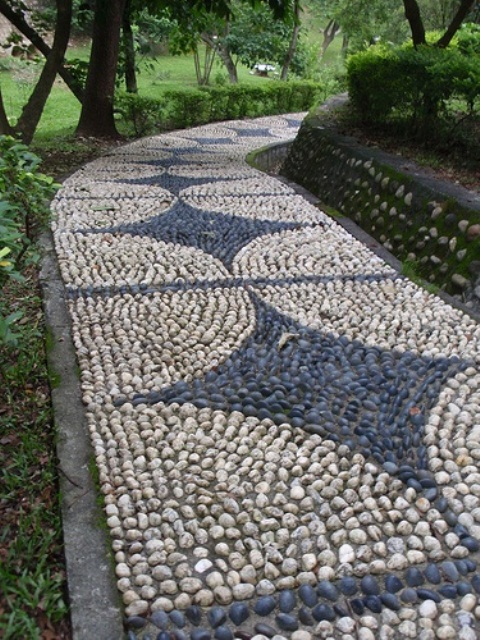 32 amazing pebble garden paths digsdigs for Borde plastico para jardin