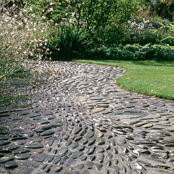 32 amazing pebble garden paths digsdigs. Black Bedroom Furniture Sets. Home Design Ideas