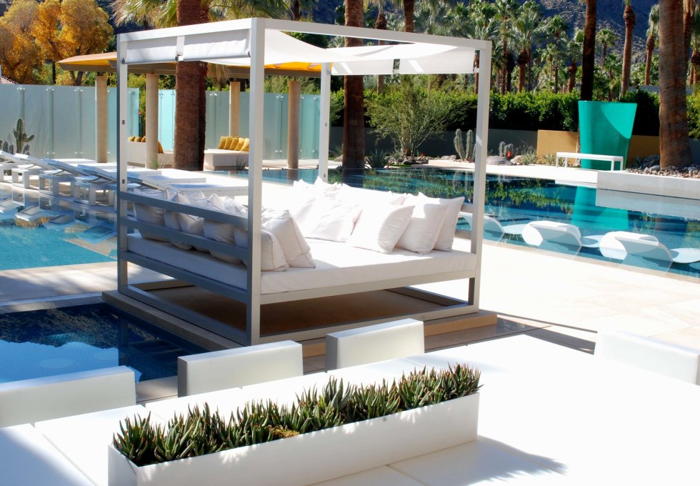 15 amazing poolside area designs digsdigs for Swimming pool room decor