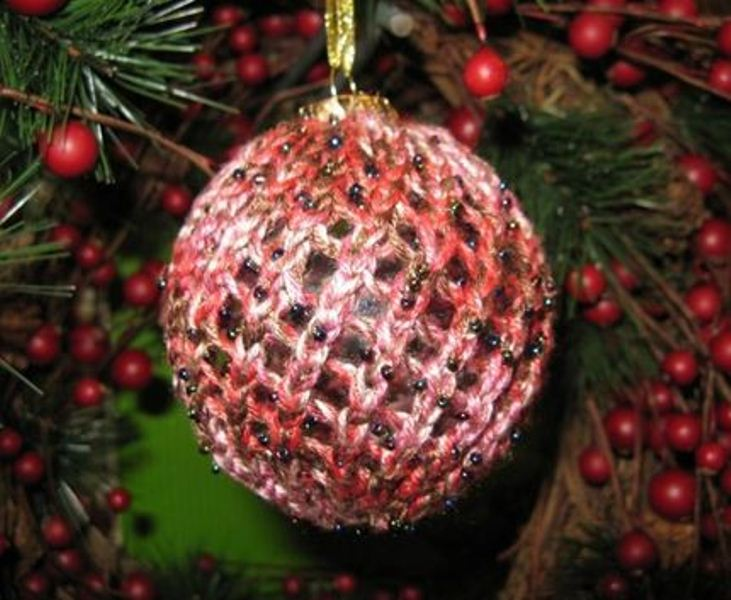 cover a usual Christmas ornament with a coral crochet cover with beads for a cool decoration