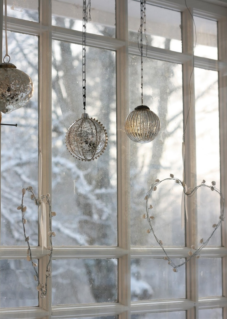 55 awesome christmas window d cor ideas digsdigs for Hanging christmas decorations
