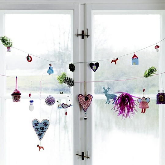 Here is a cool idea for a craft project for your kids - a garland made of little toys and Christmas figures.