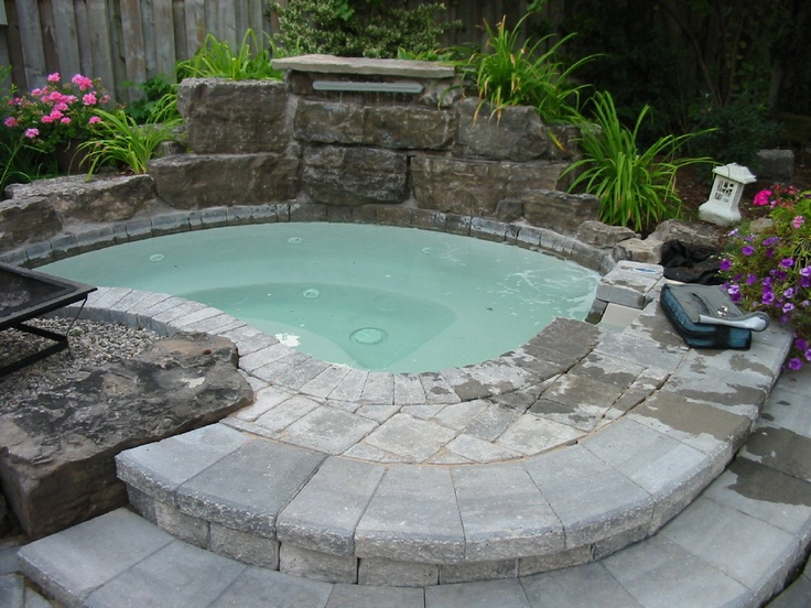 48 awesome garden hot tub designs digsdigs - Jacuzzi exterieur semi enterre ...