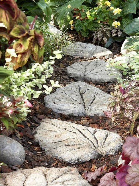 a creative and whimsy garden path made of leaf-shaped stepping stones that you can DIY