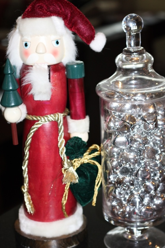 a glass jar with silver bells is a lovely and very easy Christmas decoration you may rock, make it very fast yourself