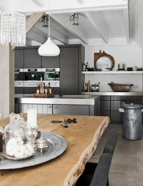 a fresh Nordic kitchen with grey cabinets and white surfaces, a live edge dining table and stylish pendant lamps