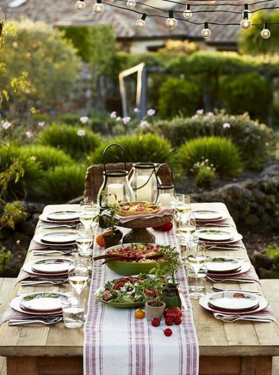 37 awesome midsummer table settings digsdigs for Outdoor brunch decorating ideas