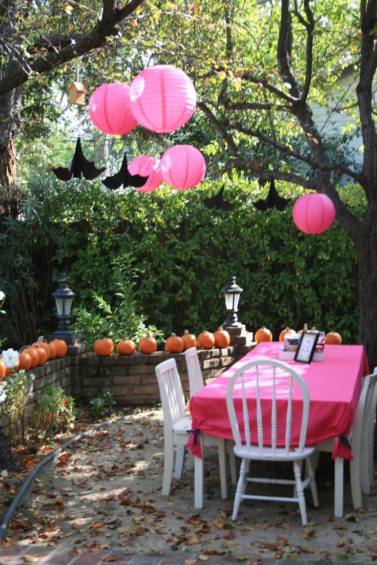 28 awesome outdoor halloween party ideas digsdigs for Backyard party decoration ideas