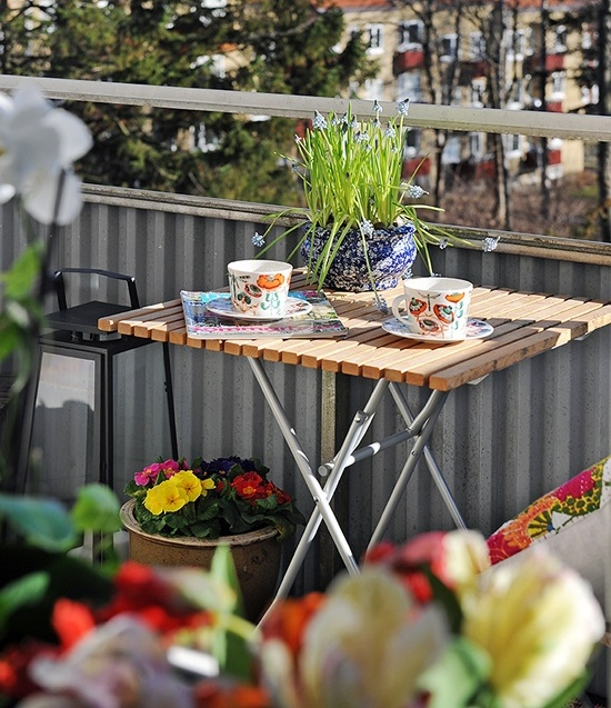 Picture of awesome spring balcony decor ideas for Fall balcony decorating ideas