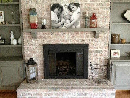 a whitewashed red brick fireplace looks less bold, more chic and stylish and such a combo never goes out of style