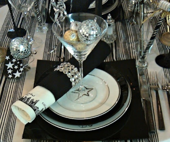 52 beautiful and sparkling new year table settings digsdigs - New year dinner table setting ...