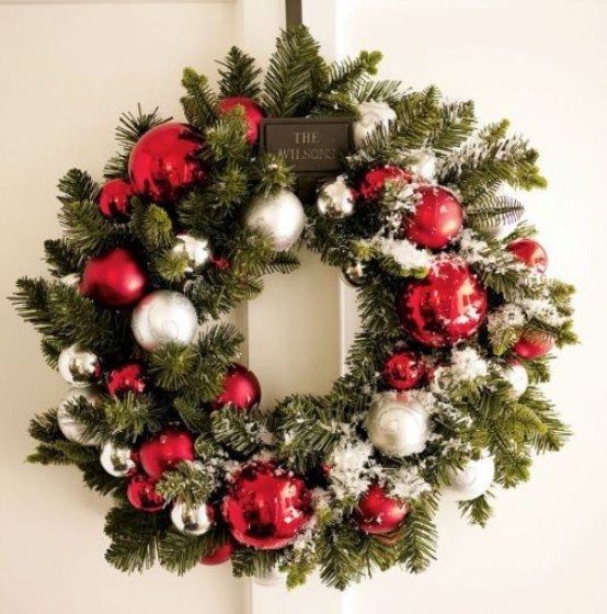 12 Awesome Christmas Wreaths Ideas For All Types Of Décor - DigsDigs