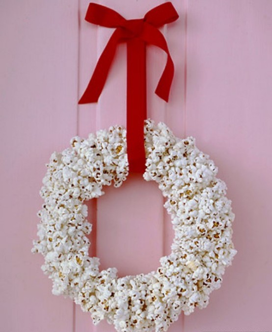 Who could thought you could make a wreath from popcorn? It definitely would impress your guests during holidays.