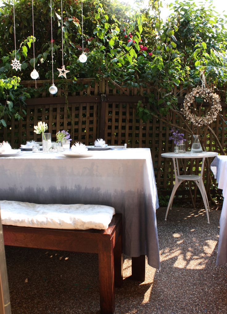 18 Beautiful Outdoor Christmas Table Settings | DigsDigs