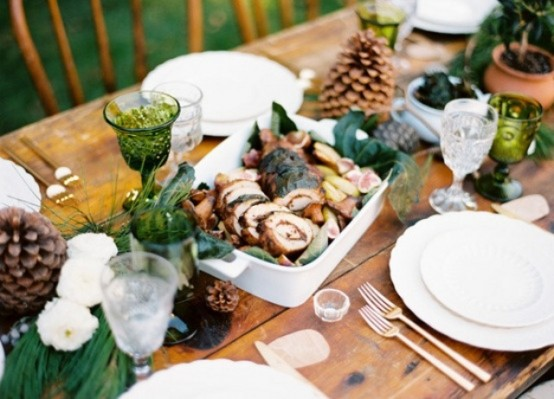 18 Beautiful Outdoor Christmas Table Settings - 11 - Pelfind