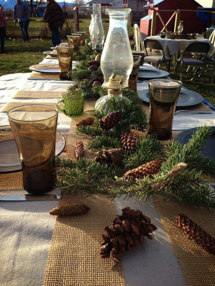 18 beautiful outdoor christmas table settings digsdigs for Outdoor table decor ideas