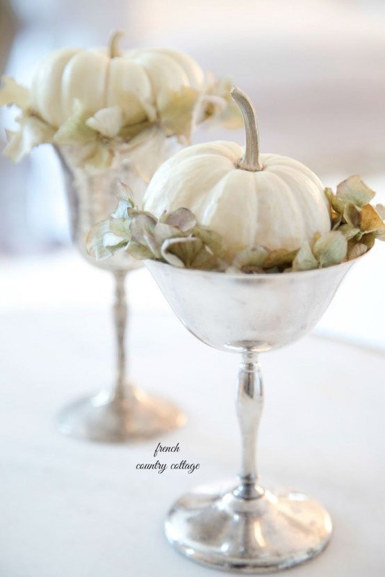 silver bowls with dried hydrangeas and little white pumpkins will give a refined and chic touch to your Thanksgiving decor