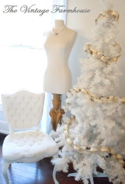 un arbre de Noël blanc décoré de chaînes de papier à lettres est une idée élégante et simple avec une touche vintage
