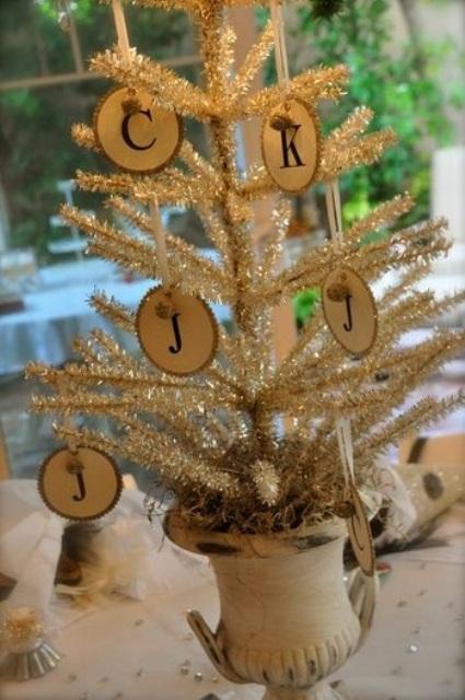 un arbre de Noël de table en argent brillant avec des ornements de tranche de bois apportera une touche vintage et rustique à l'espace