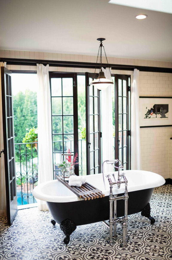 Amazing black and white bathroom design with a retro vibe for Black and white bathroom decor