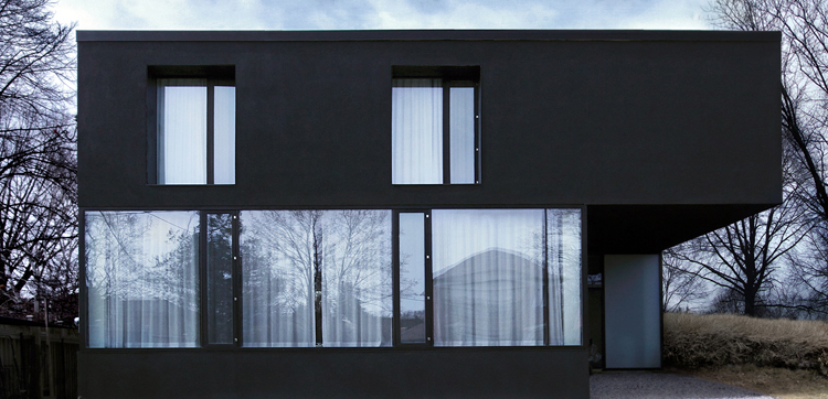 Black and white house with front and rear facades of glass for Black and white house exterior design