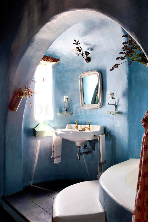 a blue plaster bathroom and a matching bathtub plus a white sink and tub for a fresh touch