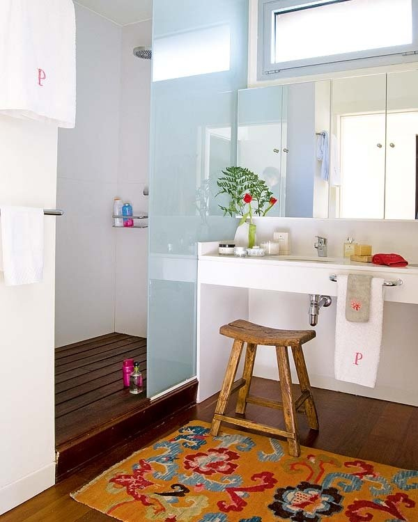a contemporary bathroom in blue and white plus a colorful boho rug as an accent