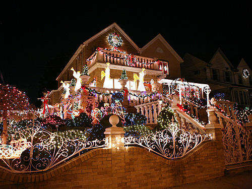 Top 10 biggest outdoor christmas lights house decorations for Christmas home decorations pictures