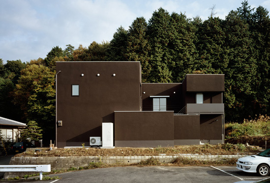 Minimalist brown house by kouichi kimura digsdigs - Images of exterior house paint minimalist ...