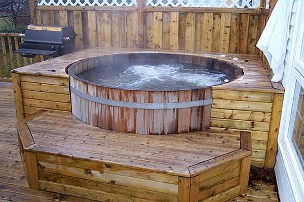 Natural cedar hot tubs for outdoors digsdigs for Pileta jacuzzi exterior