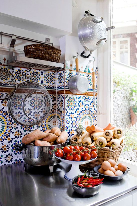 27 ceramic tiles kitchen backsplashes that catch your eye for Moroccan inspired kitchen design